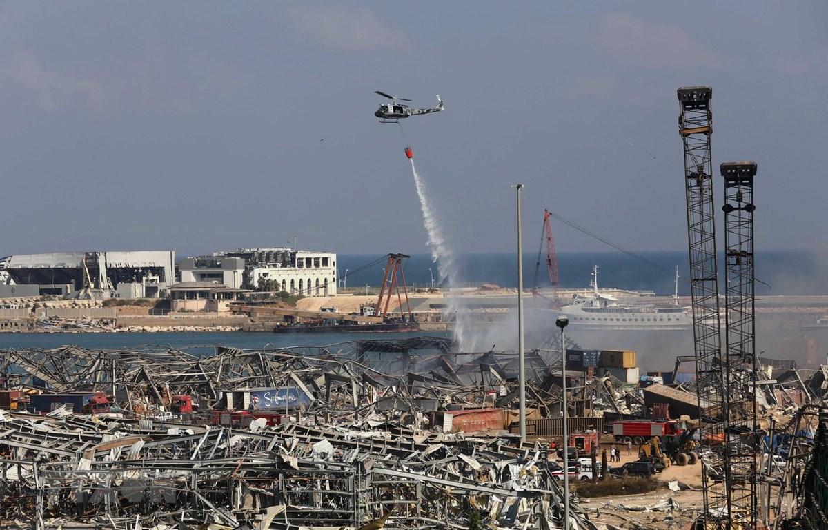 Máy bay nỗ lực dập lửa bốc ngùn ngụt tại hiện trường vụ nổ lớn ở khu cảng thủ đô Beirut, Liban ngày 4/8/2020. (Ảnh: AFP/TTXVN)