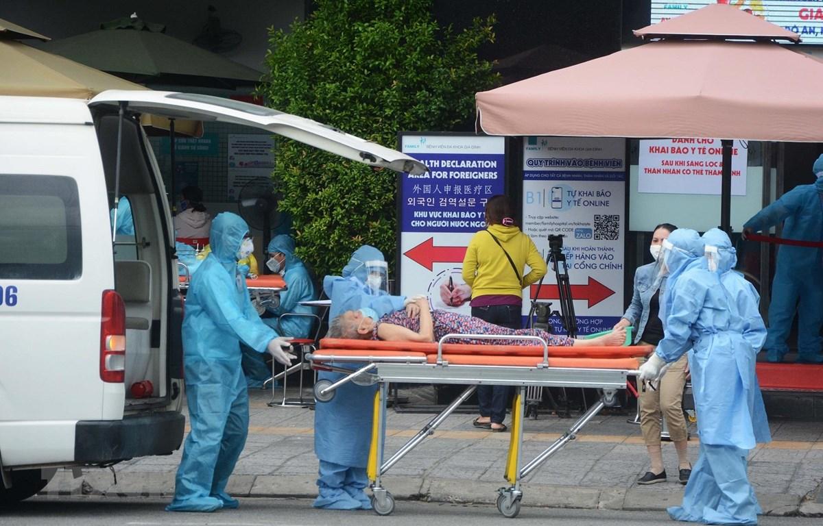 Các nhân viên y tế khẩn trương đưa bệnh nhân vào điều trị tại bệnh viện. (Ảnh: Văn Dũng/TTXVN)