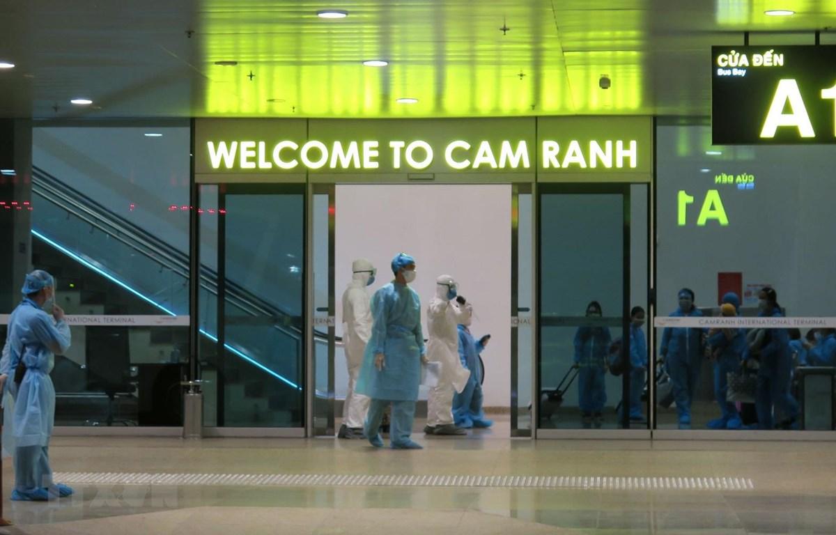 Công dân Việt Nam về nước được kiểm tra và khai báo y tế tại Cảng Hàng không Quốc tế Canh Ranh, Khánh Hòa. (Ảnh: Phan Sáu/TTXVN)