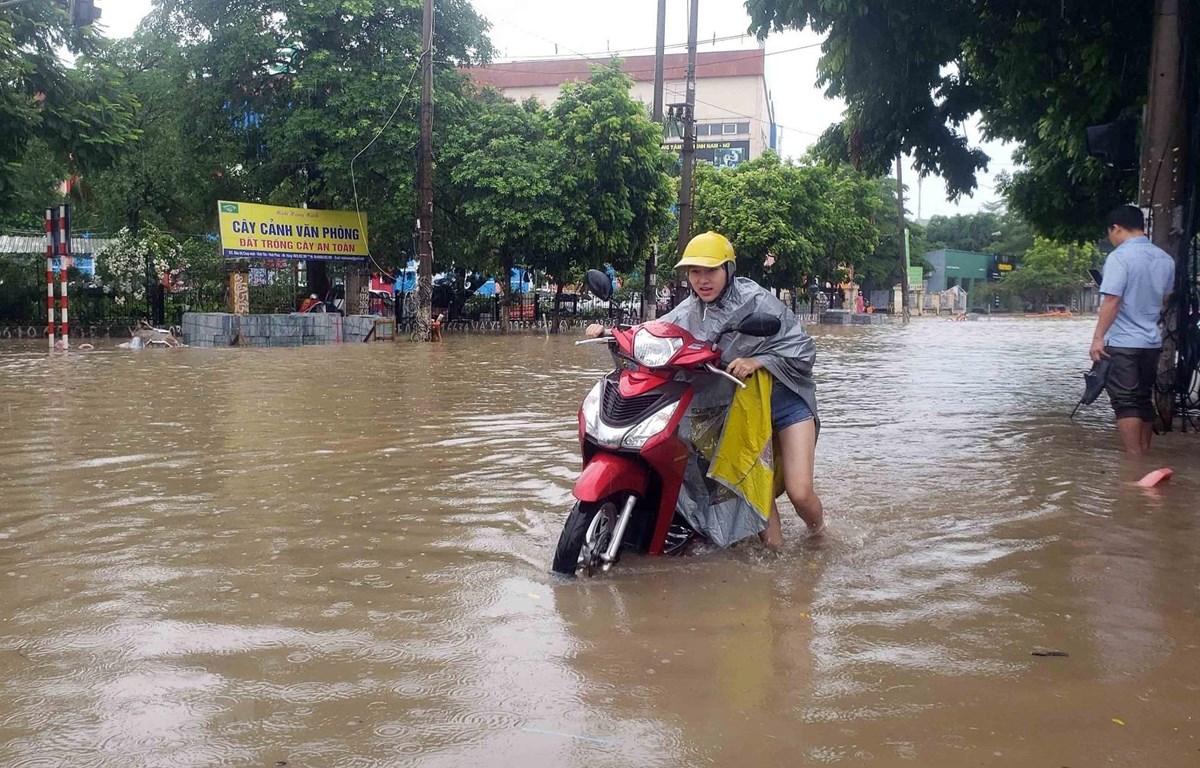 Đường Tôn Đức Thắng (thành phố Vĩnh Yên, tỉnh Vĩnh Phúc) bị ngập sâu do mưa lớn. (Ảnh: Hoàng Hùng/TTXVN)