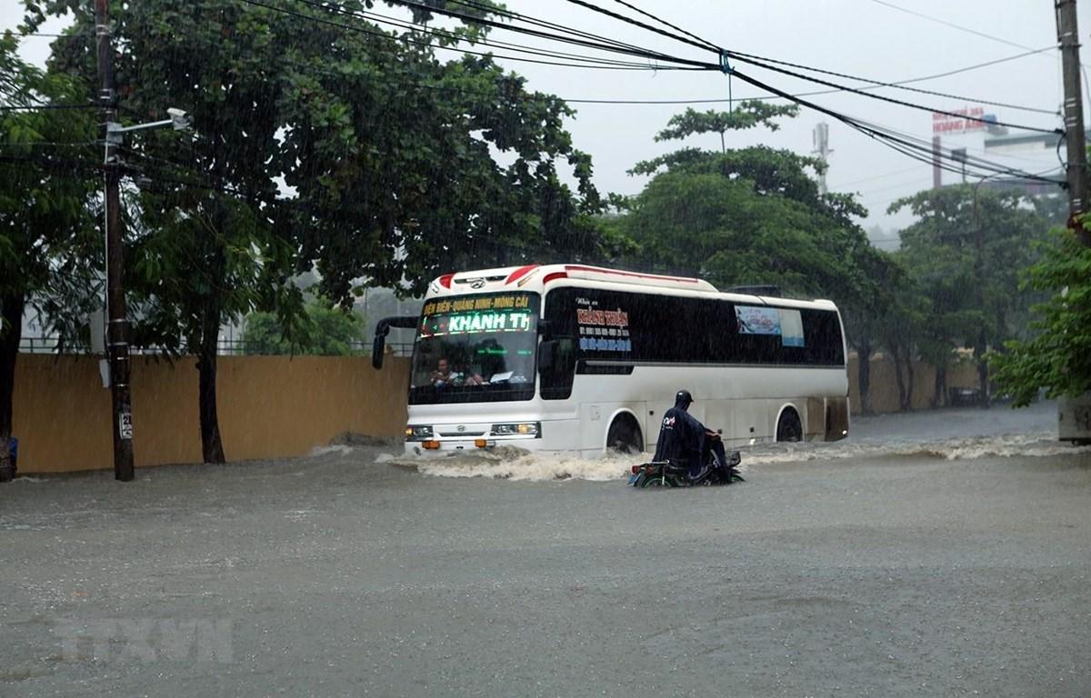 Tuyến đường Trường Chinh, phường Mường Thanh, thành phố Điện Biên Phủ bị ngập sâu trong nước. (Ảnh: Phan Tuấn Anh/TTXVN)