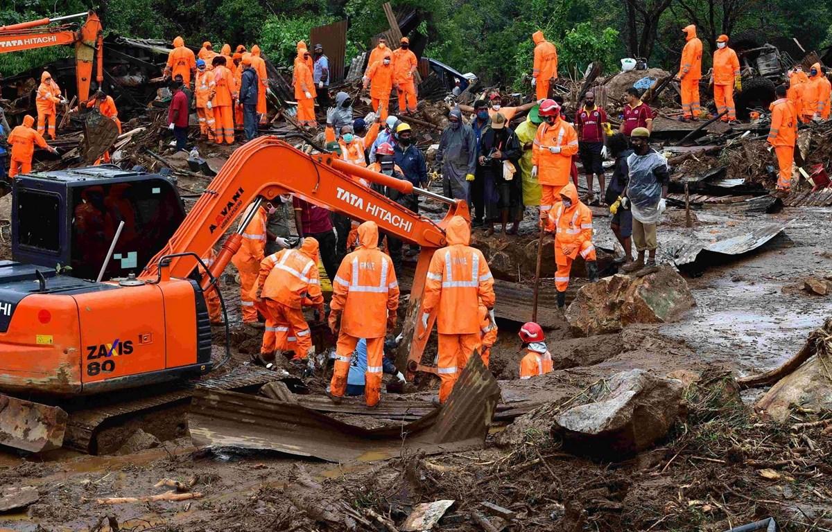 Lực lượng cứu hộ tìm kiếm người mất tích tại hiện trường vụ lở đất ở bang Kerala, Ấn Độ ngày 8/8/2020. (Ảnh: AFP/TTXVN)
