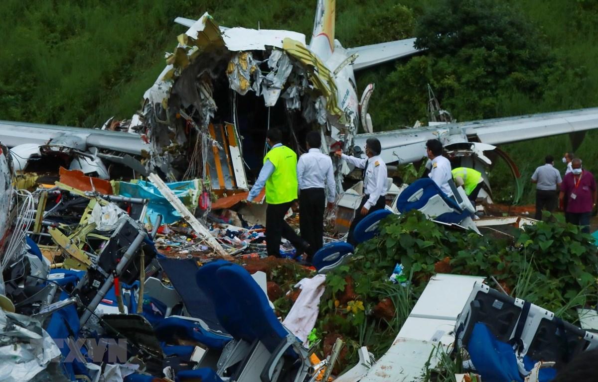Nhà chức trách điều tra tại hiện trường vụ tai nạn máy bay chở khách của Hãng hàng không Air India Express tại sân bay quốc tế Calicut, bang Kerala, Ấn Độ ngày 8/8/2020. (Ảnh: AFP/TTXVN)
