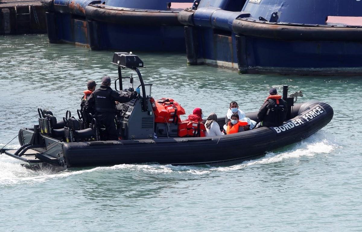 Lực lượng tuần tra biên giới Anh đưa người di cư bất hợp pháp lên cảng Dover ngày 9/8/2020. (Nguồn: Reuters)