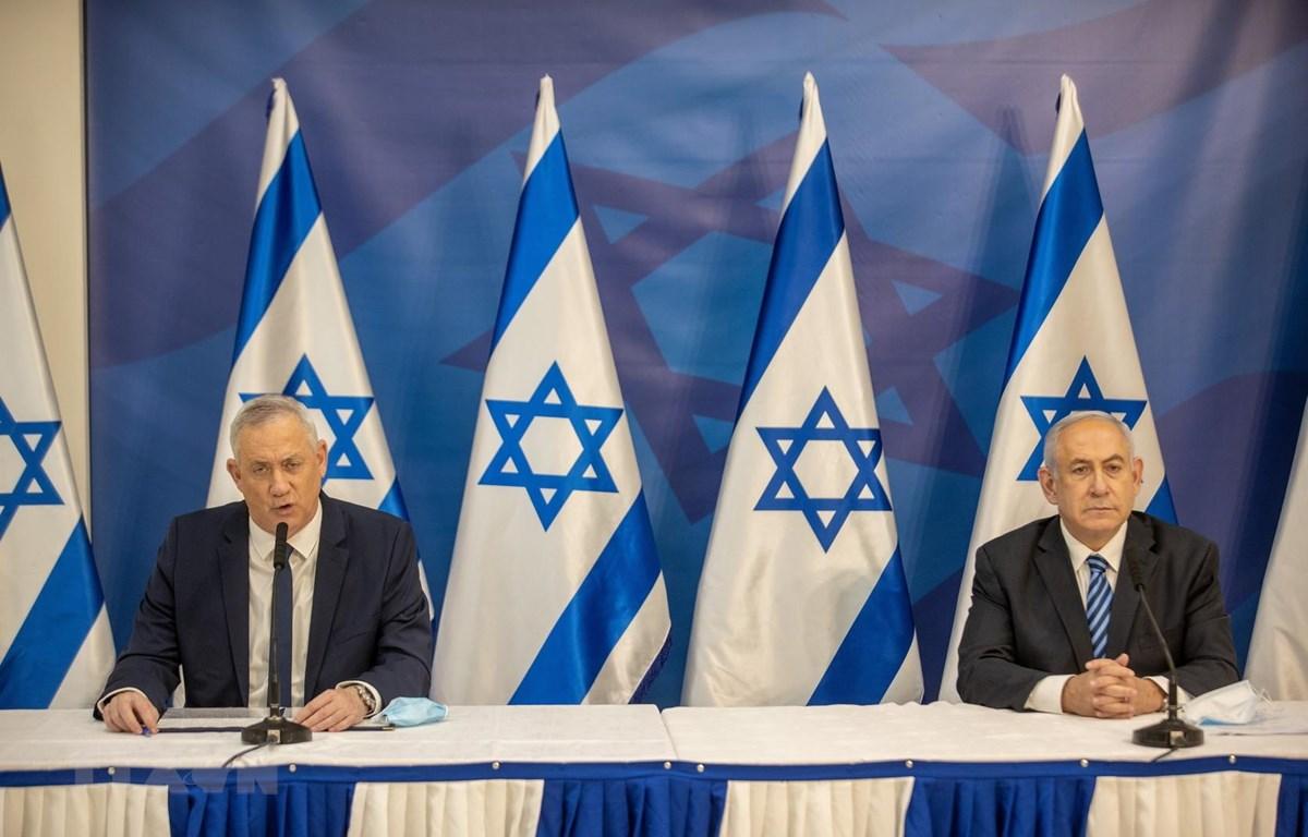 Thủ tướng Israel Benjamin Netanyahu (phải) và Bộ trưởng Quốc phòng Benny Gantz (trái) tại cuộc họp ở Tel Aviv ngày 27/7/2020. (Ảnh: AFP/TTXVN)