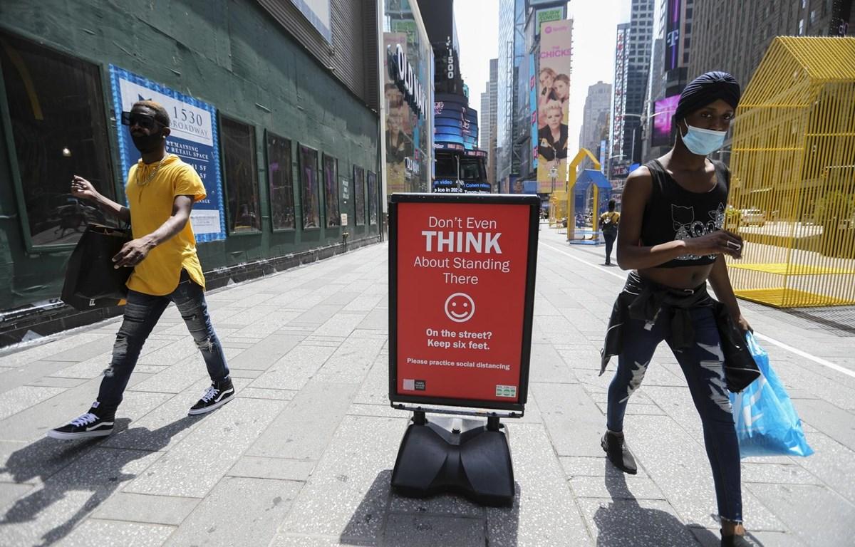 Người dân đeo khẩu trang phòng lây nhiễm COVID-19 tại New York, Mỹ, ngày 23/7/2020. (Ảnh: THX/TTXVN)