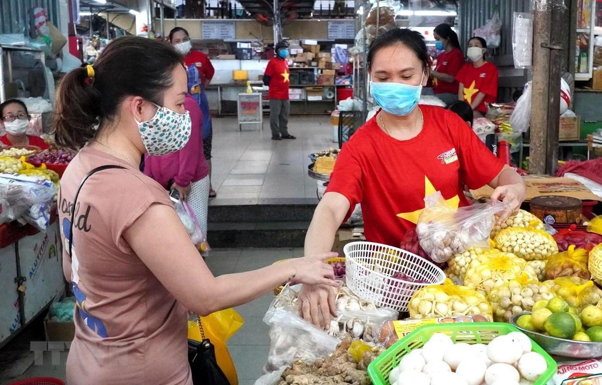 Người dân Đà Nẵng thực hiện nghiêm việc đeo khẩu trang khi đi chợ. (Ảnh: Quốc Dũng/TTXVN)