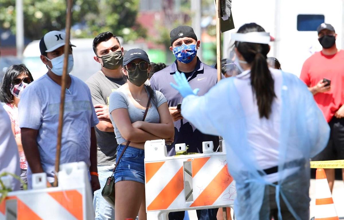 Người dân xếp hàng chờ xét nghiệm COVID-19 tại Los Angeles, California, Mỹ ngày 10/7/2020. (Ảnh: AFP/TTXVN)