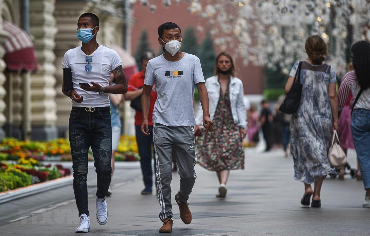 Người dân đeo khẩu trang phòng lây nhiễm COVID-19 tại Moskva, Nga ngày 13/7/2020. (Ảnh: THX/TTXVN)
