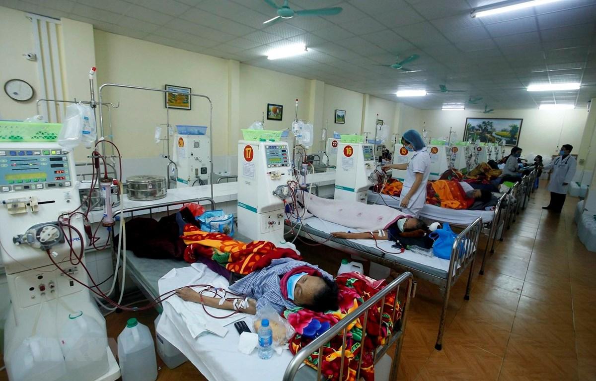 Bệnh nhân chạy thận nhân tạo tại Khoa thận tiết niệu, Bệnh viện Đa khoa tỉnh Hưng Yên. (Ảnh: Phạm Kiên/TTXVN)