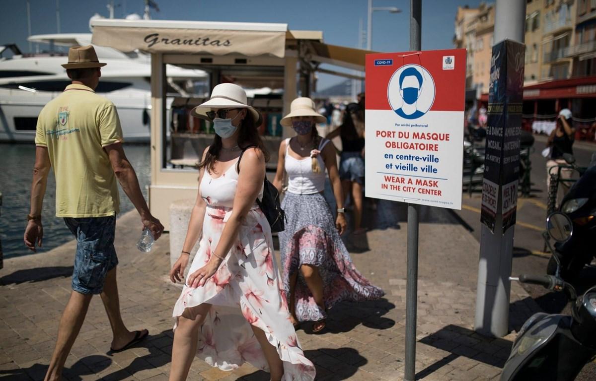 Người dân và du khách bắt buộc phải đeo khẩu trang tại khu nghỉ dưỡng Saint-Tropez. (Nguồn: AFP)