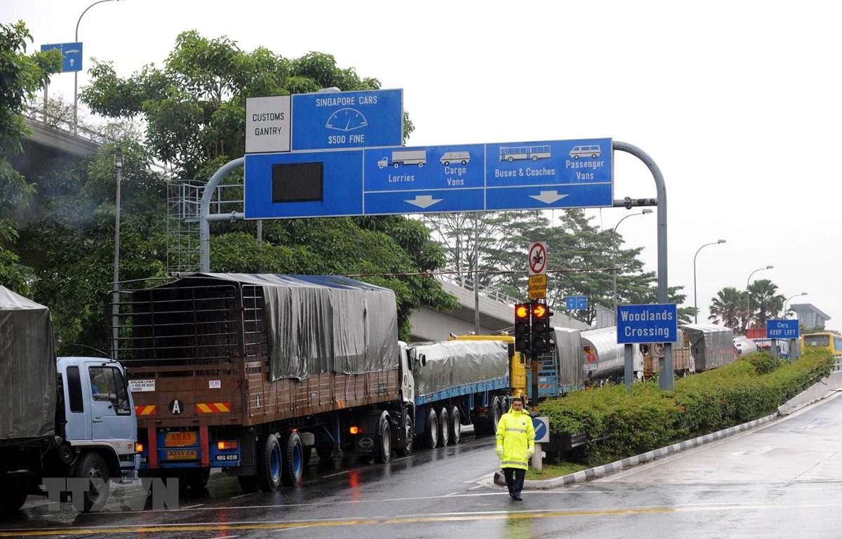 Các phương tiện di chuyển tại khu vực cửa khẩu biên giới Singapore-Malaysia. (Ảnh: AFP/TTXVN)