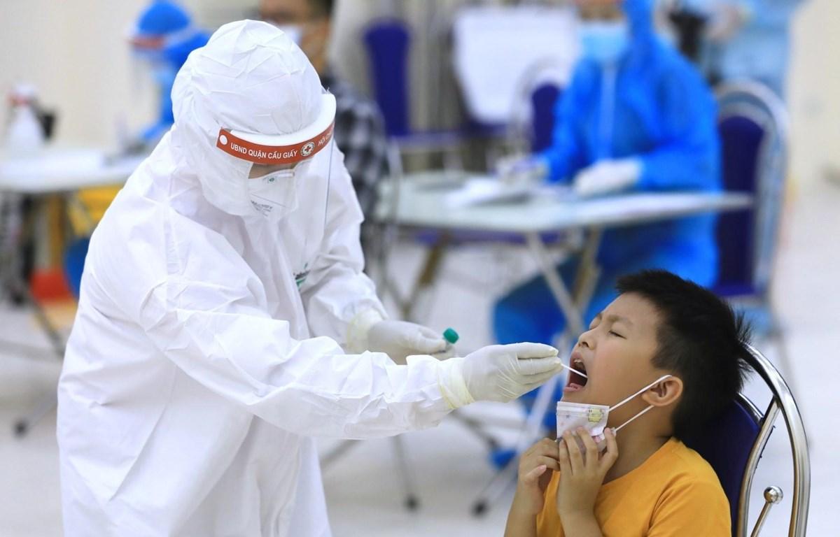 Nhân viên y tế Hà Nội tiến hành lấy mẫu dịch hầu họng để xét nghiệm bằng phương pháp RT-PCR của người dân từ Đà Nẵng trở về. (Ảnh: Thành Đạt/TTXVN)