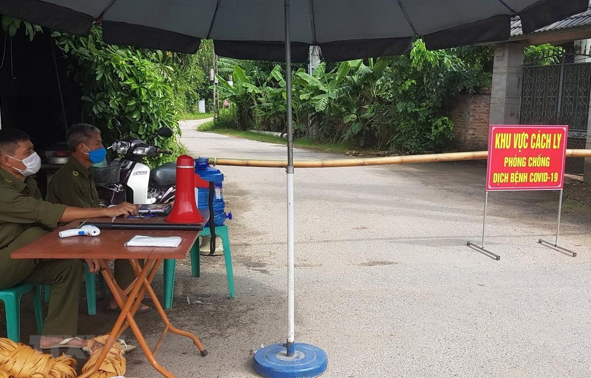 Chốt kiểm soát quanh khu vực thực hiện giãn cách ở xã Khải Xuân và Võ Lao, huyện Thanh Ba. (Ảnh: Tạ Toàn/TTXVN)