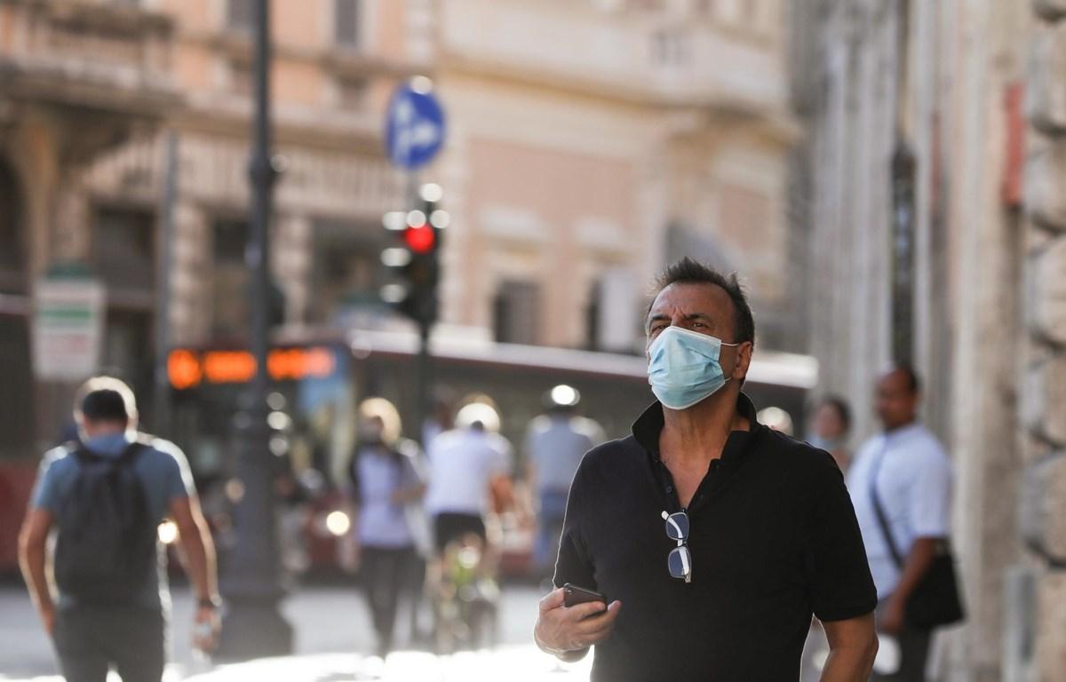 Người dân đeo khẩu trang phòng dịch COVID-19 tại Rome, Italy ngày 4/8/2020. (Ảnh: THX/TTXVN)