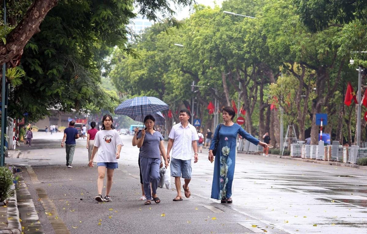 Nhiều người dân Thủ đô không đeo khẩu trang tại phố đi bộ hồ Hoàn Kiếm (ảnh chụp trưa 1/8). (Ảnh: Anh Tuấn/TTXVN)