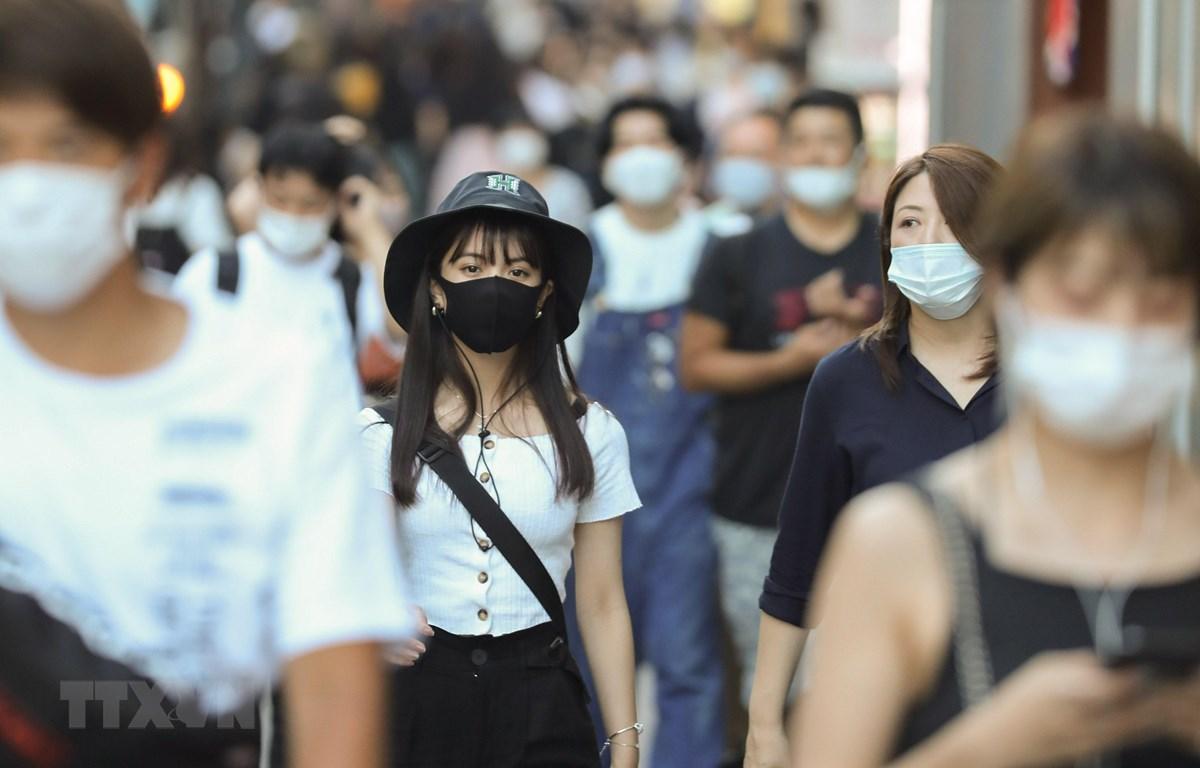 Người dân đeo khẩu trang phòng lây nhiễm COVID-19 khi di chuyển trên đường phố tại Tokyo, Nhật Bản, ngày 20/8/2020. (Ảnh: THX/TTXVN)