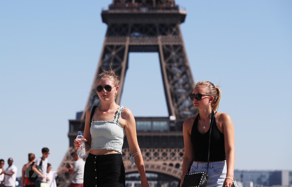 Du khách tham quan Tháp Eiffel ở Paris, Pháp ngày 7/8/2020. (Ảnh: THX/TTXVN)
