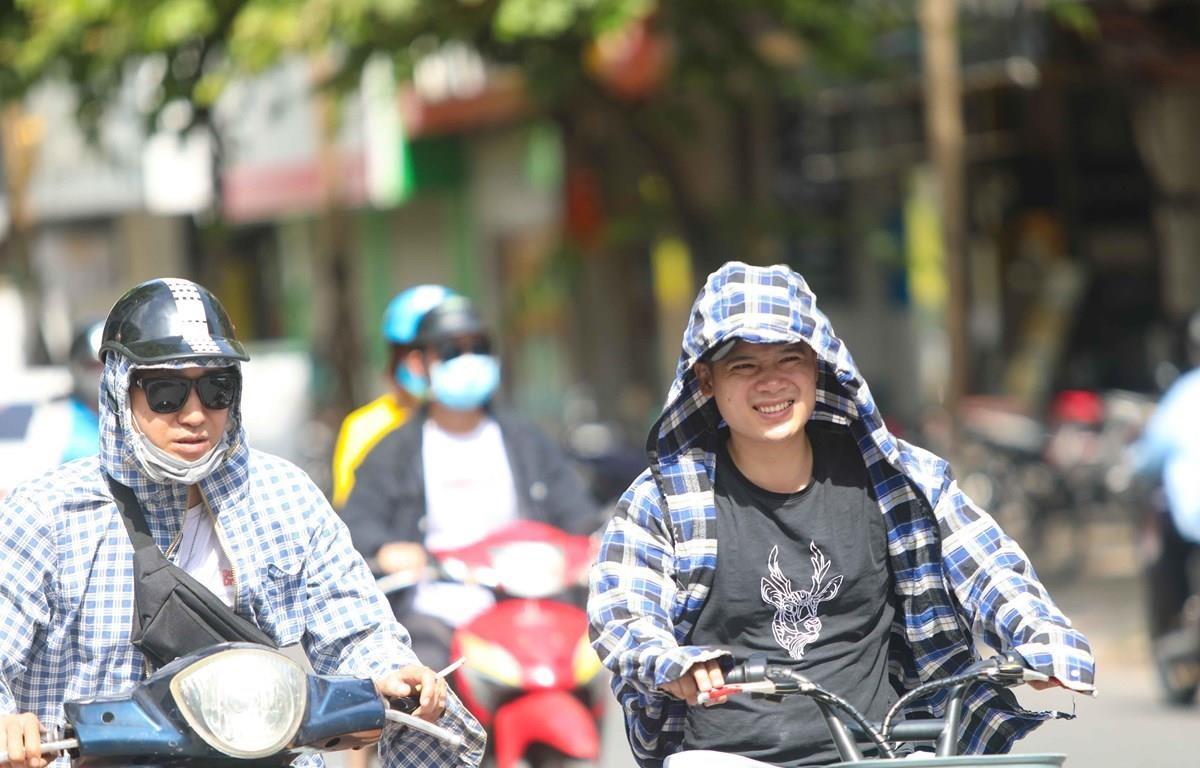 hời tiết nắng nóng, tia UV ở mức cao, người dân cần trang bị tốt đồ bảo hộ khi ra đường để bảo vệ sức khỏe. (Ảnh: Thanh Tùng/TTXVN)