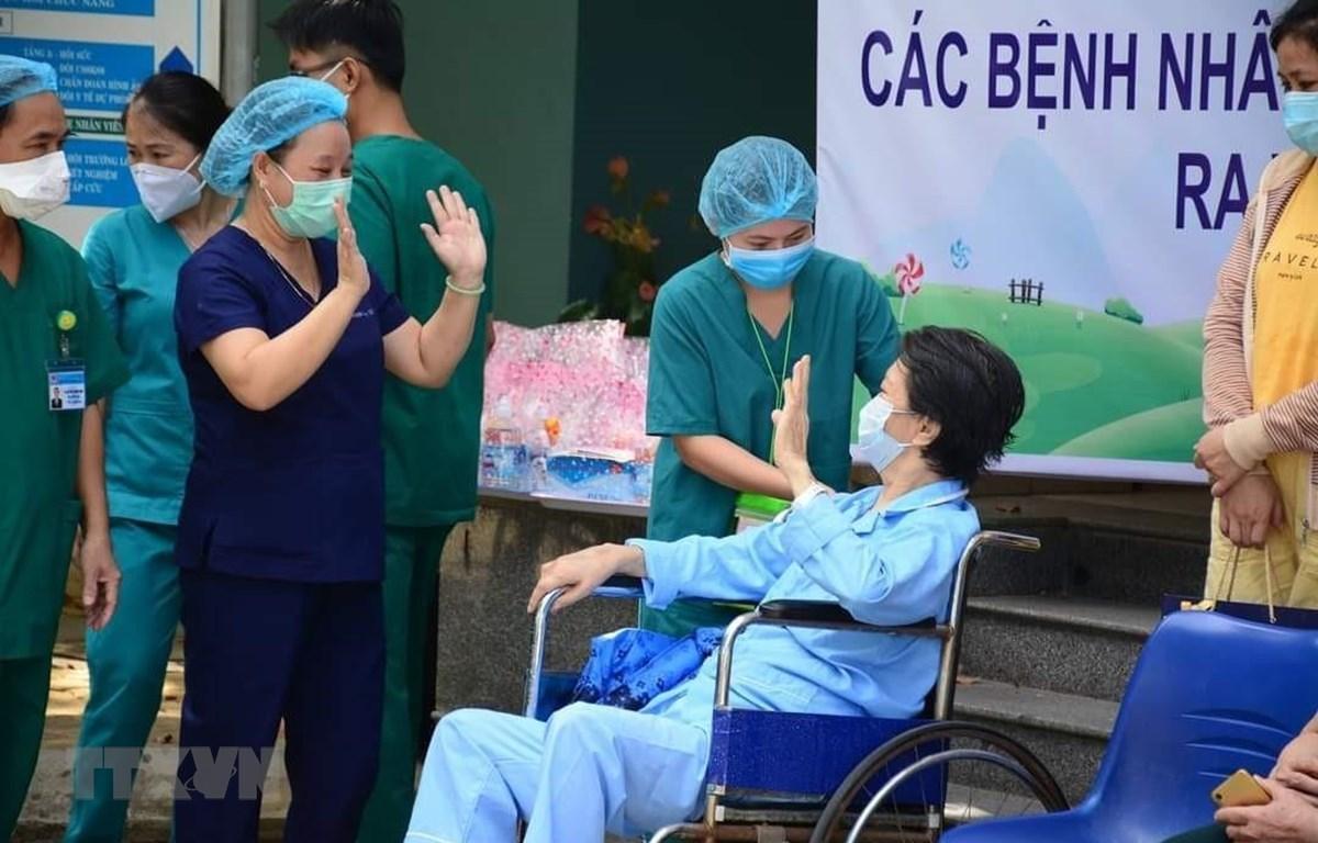 Bệnh nhân được công bố khỏi bệnh tại Bệnh viện dã chiến Hòa Vang (Đà Nẵng) chào tạm biệt y, bác sỹ trước khi trở về nhà. (Ảnh: TTXVN phát)