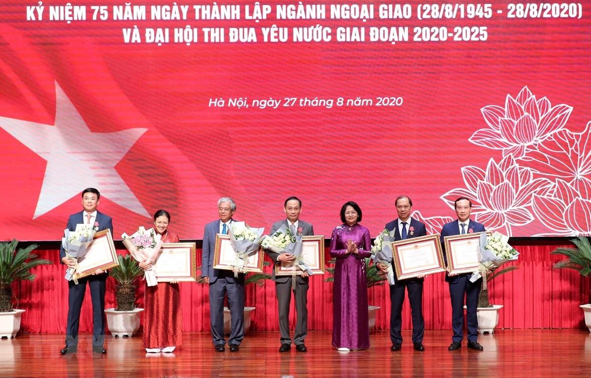 Phó Chủ tịch nước Đặng Thị Ngọc Thịnh trao Huân chương Lao động cho các đồng chí lãnh đạo và nguyên lãnh đạo Bộ Ngoại giao. (Ảnh: Lâm Khánh/TTXVN)
