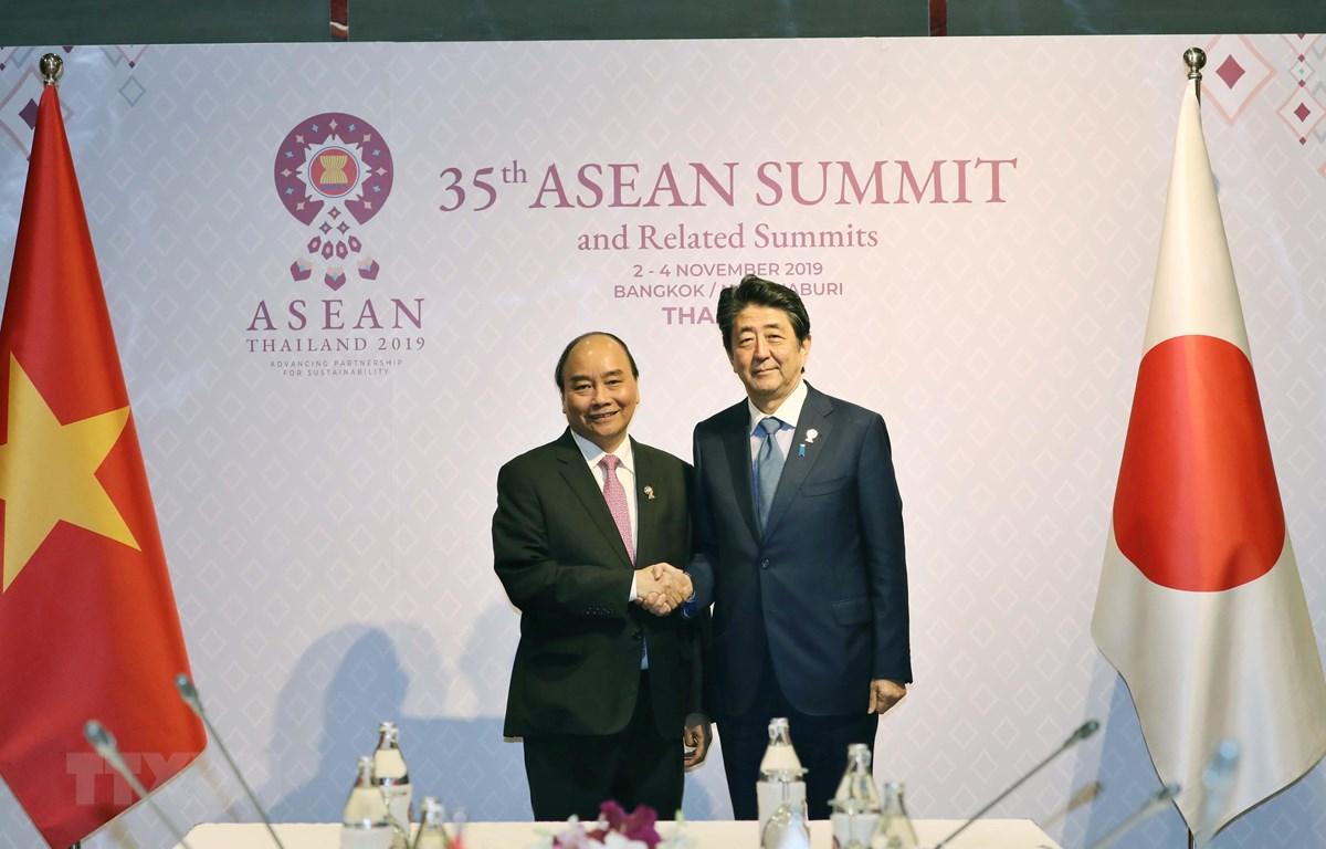 Thủ tướng Nguyễn Xuân Phúc gặp Thủ tướng Nhật Bản Abe Shinzo tại Hội nghị Cấp cao ASEAN lần thứ 35 ngày 4/11/2019, tại Bangkok/Nonthaburi, Thái Lan. (Ảnh: Thống Nhất/TTXVN)