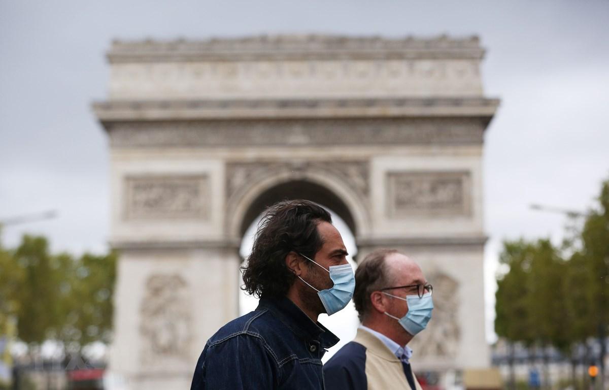 Người dân đeo khẩu trang phòng lây nhiễm COVID-19 tại Paris, Pháp, ngày 28/8/2020. (Ảnh: THX/TTXVN)