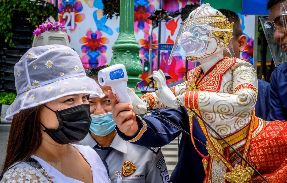 Kiểm tra thân nhiệt phòng lây nhiễm COVID-19 tại Bangkok, Thái Lan, ngày 13/7/2020. (Ảnh: AFP/TTXVN)