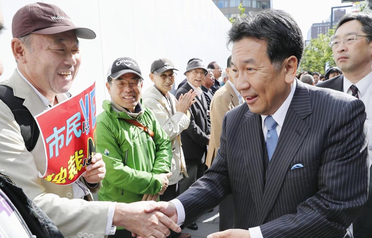 Ông Yukio Edano (phải), đang giữ chức Chủ tịch CDPJ, nhiều khả năng sẽ giành thắng lợi trong cuộc đua vào chức chủ tịch đảng đối lập mới. (Nguồn: Kyodo)