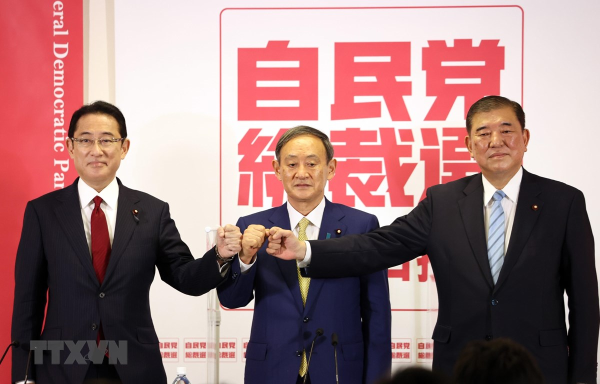 (Từ trái sang) Cựu Ngoại trưởng Nhật Bản Fumio Kishida, Chánh Văn phòng Nội các Yoshihide Suga và cựu Bộ trưởng Quốc phòng Shigeru Ishiba tại cuộc họp báo chung ở Tokyo ngày 8/9/2020. (Ảnh: AFP/TTXVN)