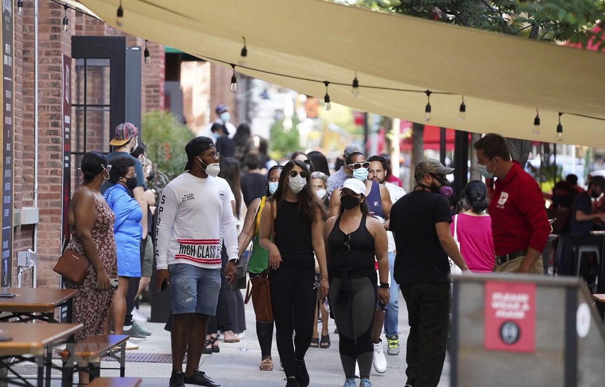 Người dân đeo khẩu trang phòng lây nhiễm COVID-19 tại một khu chợ ở New York, Mỹ, ngày 7/9/2020. (Ảnh: THX/TTXVN)
