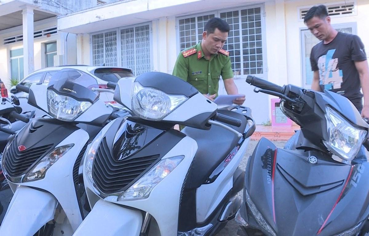 Tang vật thu được trong việc triệt phá một băng nhóm chuyên trộm xe môtô. (Ảnh: Tuấn Anh/TTXVN)