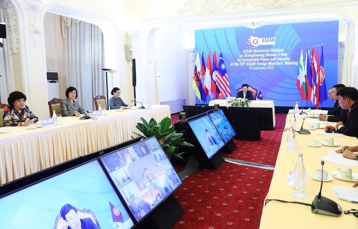 Phiên đối thoại cấp Bộ trưởng ASEAN về Thúc đẩy vai trò của Phụ nữ đối với hòa bình và an ninh bền vững. (Ảnh: Lâm Khánh/TTXVN)