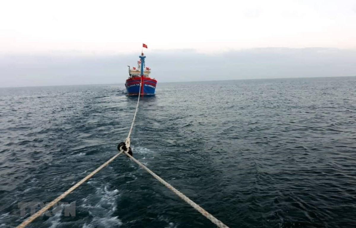Lai dắt tàu cá bị nạn vào bờ. (Ảnh minh họa: TTXVN phát)
