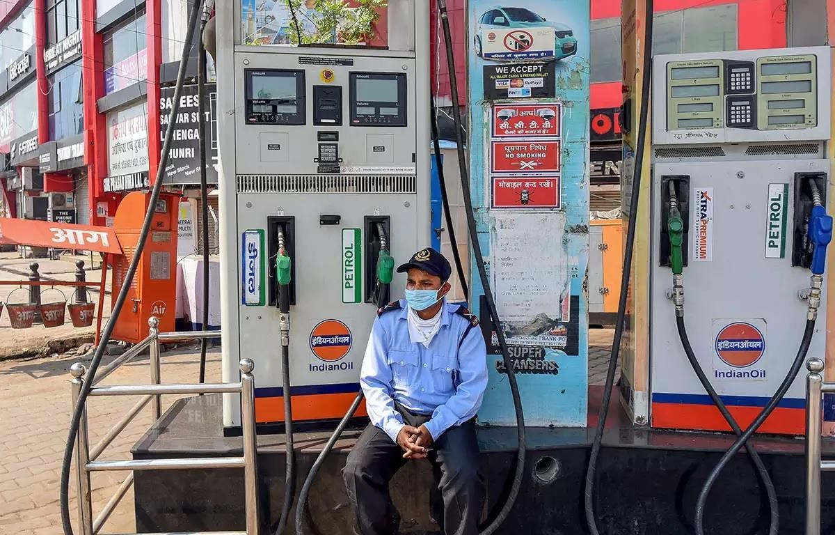 Dịch COVID-19 buộc chính phủ các nước áp đặt lệnh cấm đi lại khiến nhu cầu sử dụng năng lượng giảm. (Nguồn: The Times of India)