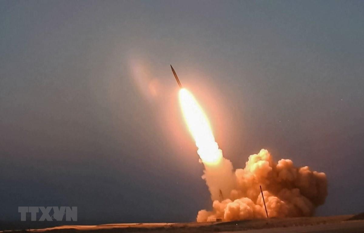 """Tên lửa """"Ghassem Soleimani"""" do Iran chế tạo được phóng thử từ một địa điểm bí mật. (Ảnh: AFP/TTXVN)"""