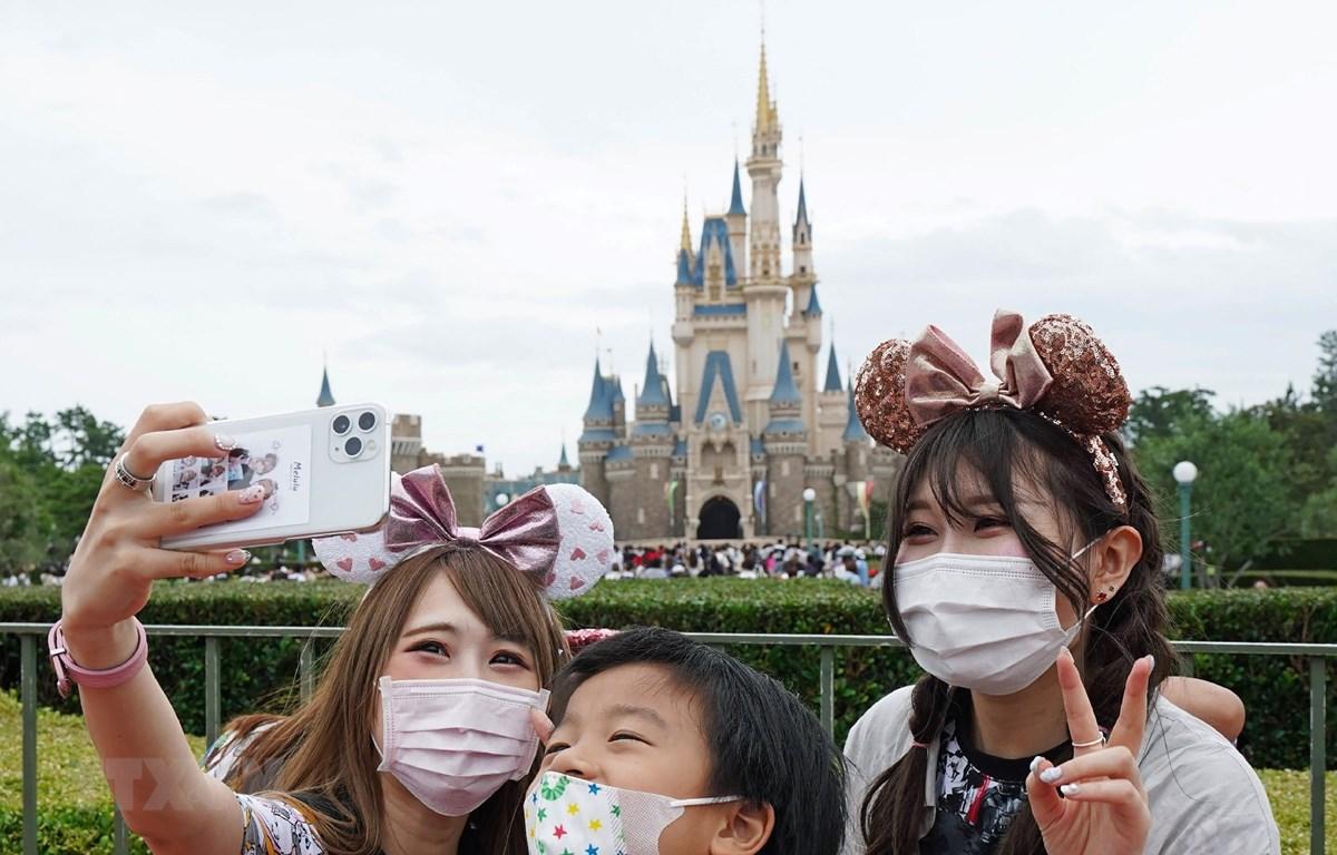 Du khách tham quan Tokyo Disneyland ở Tokyo, Nhật Bản, ngày 1/7/2020. (Ảnh: AFP/TTXVN)