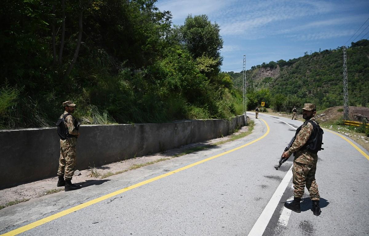 Binh sỹ Pakistan tuần tra gần đường Ranh giới Kiểm soát (LoC) phân chia khu vực Kashmir giữa Ấn Độ và Pakistan, ngày 29/8/2019. (Ảnh: AFP/TTXVN)