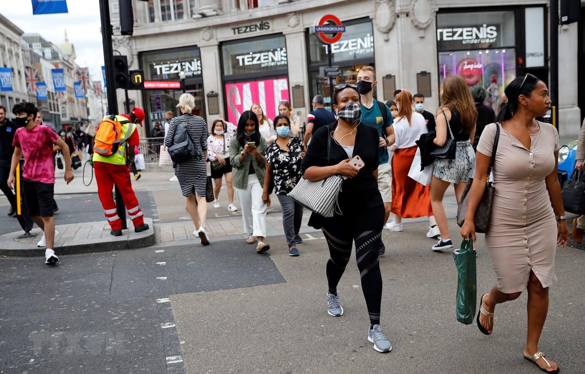 Người dân đeo khẩu trang phòng lây nhiễm COVID-19 tại London, Anh, ngày 24/7/2020. (Ảnh: AFP/TTXVN)
