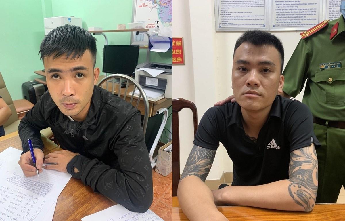 Đối tượng Phùng Văn Tiến (trái) và Nguyễn Văn Quang (phải) tại cơ quan công an. (Ảnh: TTXVN phát)