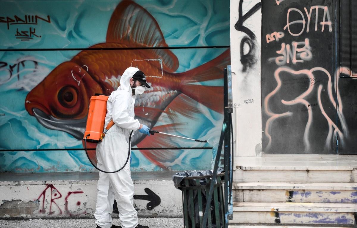 Phun thuốc khử trùn nhằm ngăn chặn sự lây lan của dịch COVID-19 tại Athens, Hy Lạp ngày 31/5/2020. (Ảnh: AFP/TTXVN)