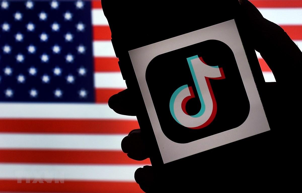Biểu tượng TikTok trên một màn hình điện thoại ở Virginia, Mỹ. (Ảnh: AFP/TTXVN)