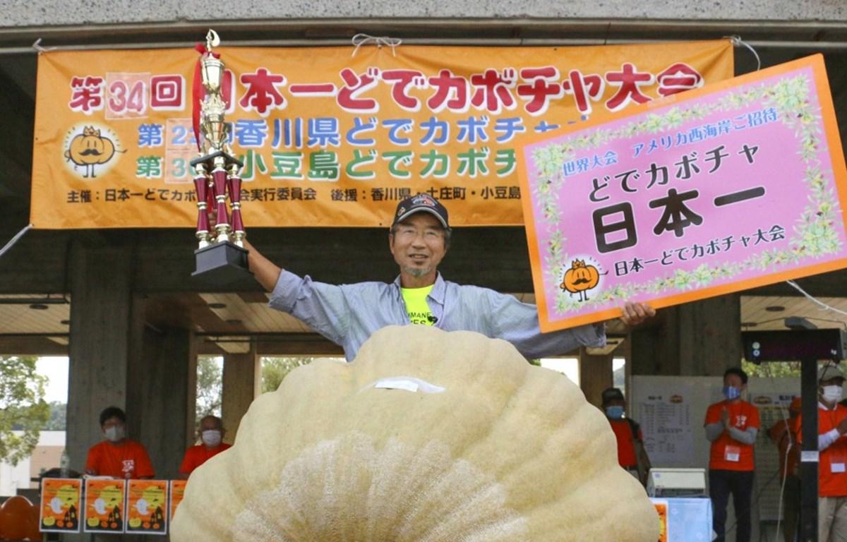 Nhân viên y tế phun thuốc khử trùng nhằm ngăn dịch COVID-19 lây lan tại khu chợ ở Seoul ngày 18/8/2020. (Ảnh: AFP/TTXVN)