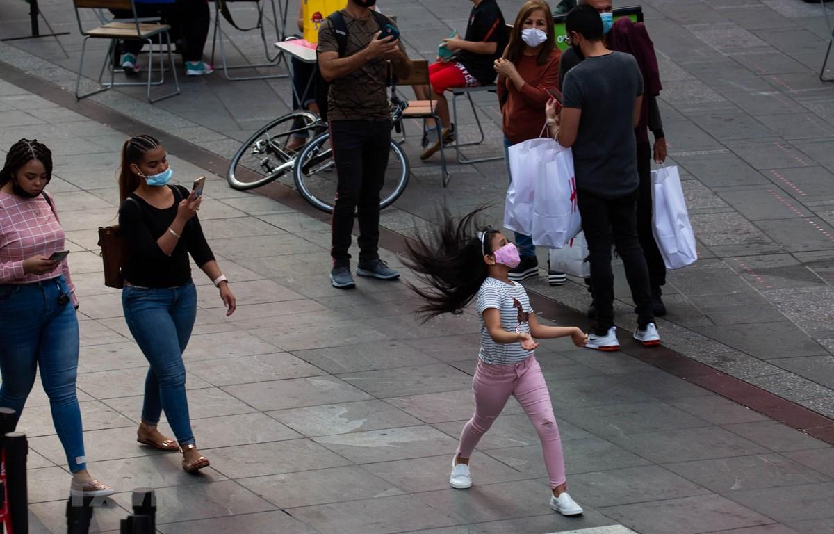 Người dân đeo khẩu trang phòng lây nhiễm COVID-19 tại New York, Mỹ, ngày 13/9/2020. (Ảnh: THX/TTXVN)