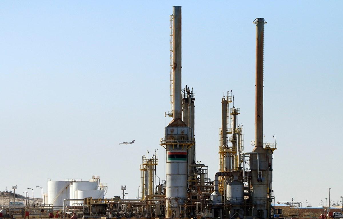 Một cơ sở khai thác dầu tại thị trấn al-Buraqah, Libya. (Ảnh: AFP/TTXVN)