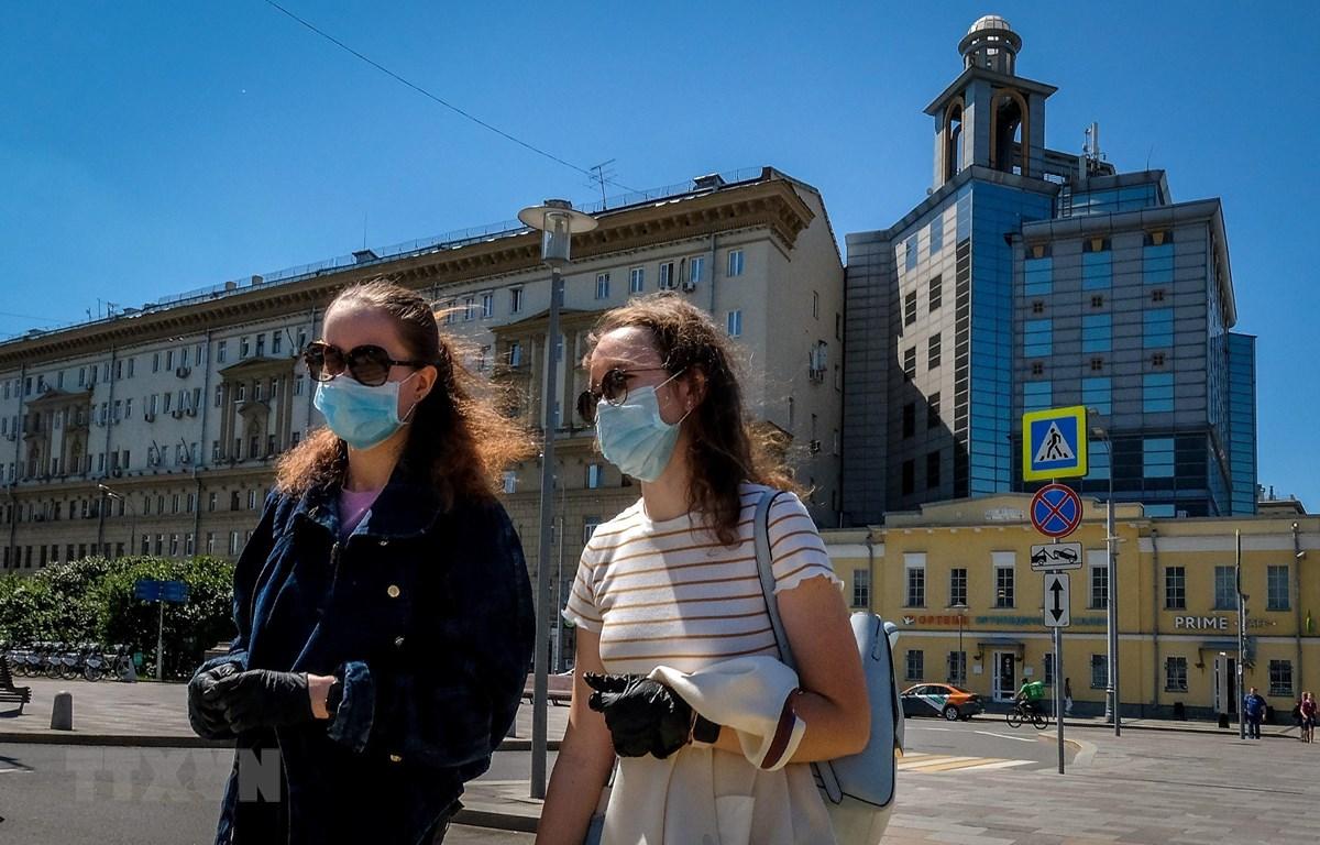 Người dân đeo khẩu trang phòng dịch COVID-19 tại Moskva, Nga ngày 22/6/2020. (Ảnh: AFP/TTXVN)