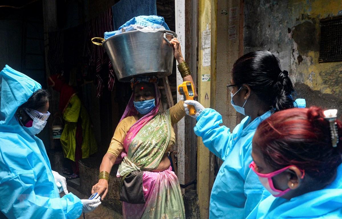 Kiểm tra thân nhiệt phòng lây nhiễm COVID-19 tại Mumbai, Ấn Độ. (Ảnh: AFP/TTXVN)