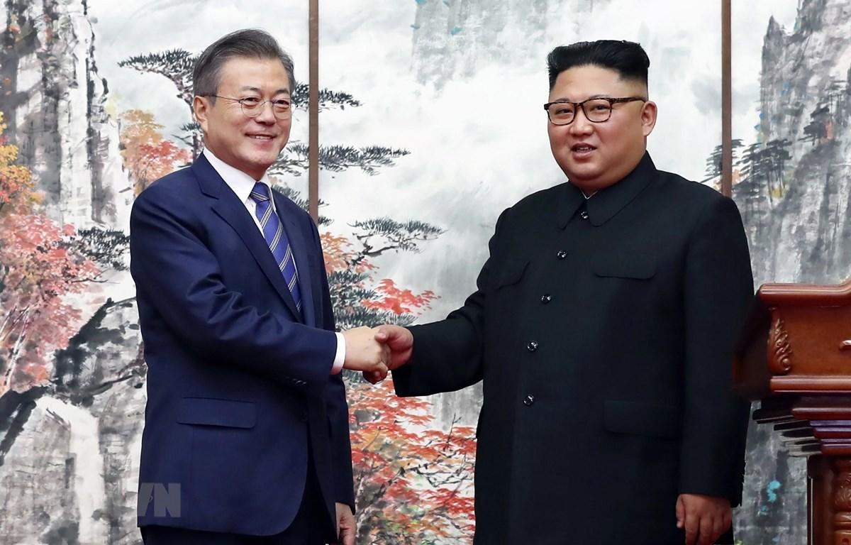Tổng thống Hàn Quốc Moon Jae-in (trái) và nhà lãnh đạo Triều Tiên Kim Jong-un (phải) tại cuộc gặp ở Bình Nhưỡng ngày 19/9/2018. (Ảnh: AFP/TTXVN)