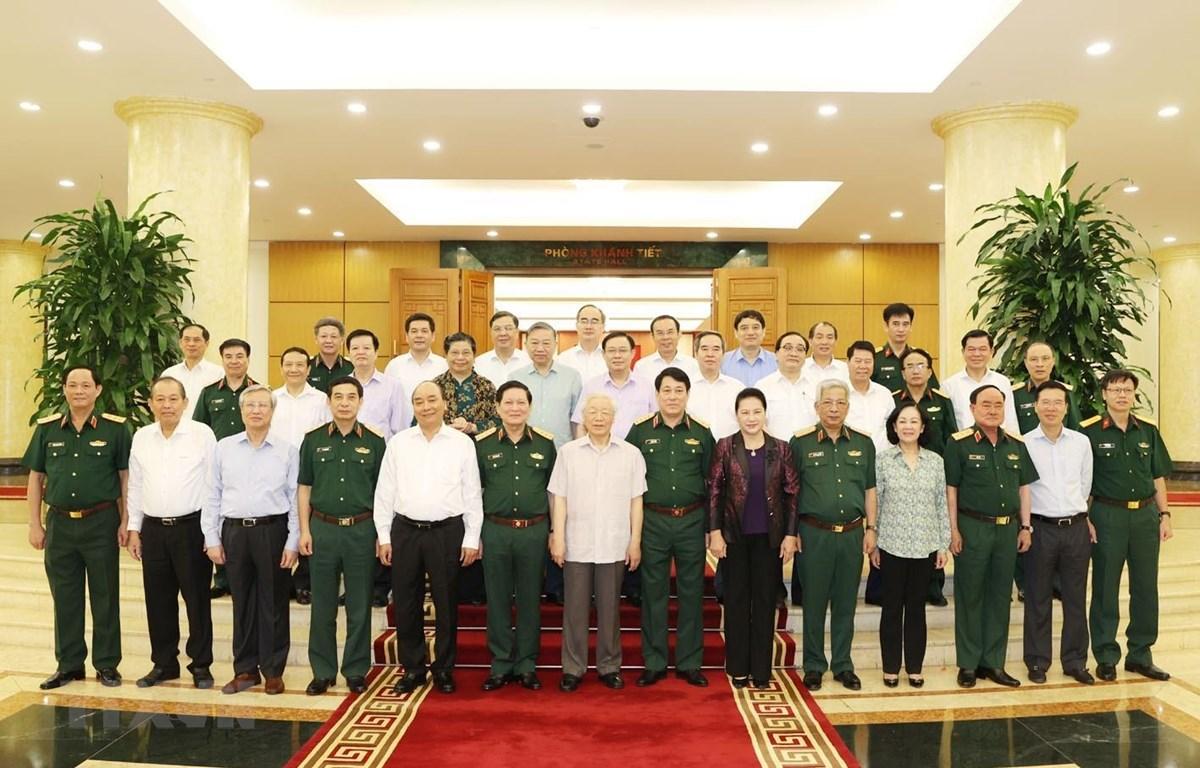 Tổng Bí thư, Chủ tịch nước Nguyễn Phú Trọng, Bí thư Quân ủy Trung ương và các đồng chí Bộ Chính trị chụp ảnh chung với Ban Thường vụ Quân ủy Trung ương. (Ảnh: Trí Dũng/TTXVN)