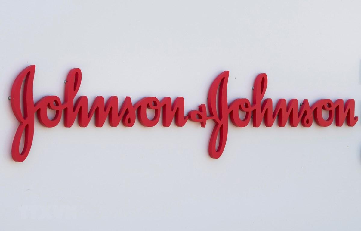 Biểu tượng của công ty Johnson & Johnson. (Ảnh: AFP/TTXVN)